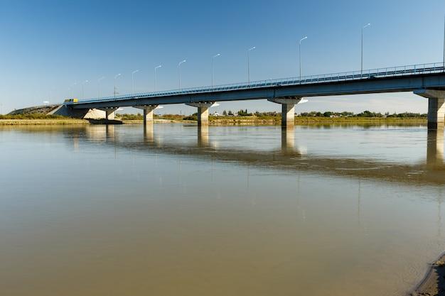 Most Nad Rzeką Syr Darya, Zhosaly, Kyzylorda Province, Kazachstan. Premium Zdjęcia