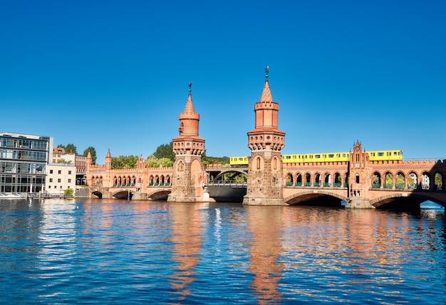 Most oberbaum (oberbaumbruecke) w berlinie Premium Zdjęcia