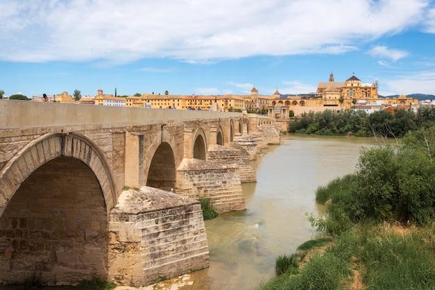 Most rzymski i rzeka gwadalkiwir, wielki meczet, kordoba, hiszpania. Premium Zdjęcia