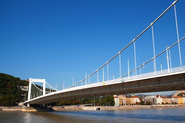Most W Budapeszcie W Słoneczny Letni Dzień Premium Zdjęcia