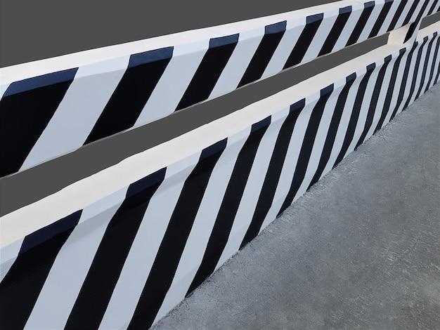 Most Z Czarno-białe Paski Farby Na Szarym Tle Premium Zdjęcia