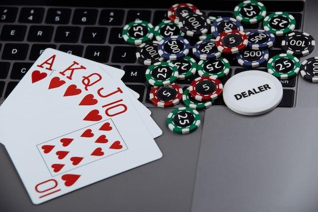 Motyw Kasyna Pokerowego Online. żetony Do Gry I Karty Do Gry Na Laptopie. Premium Zdjęcia