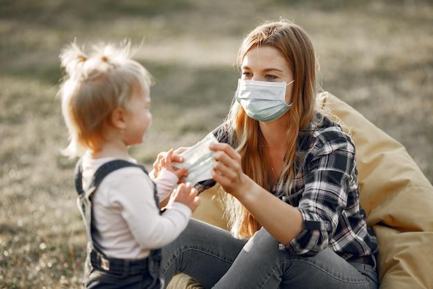 Motyw Koronawirusa. Rodzina W Letnim Parku. Kobieta W Koszuli Z Komórki. Darmowe Zdjęcia