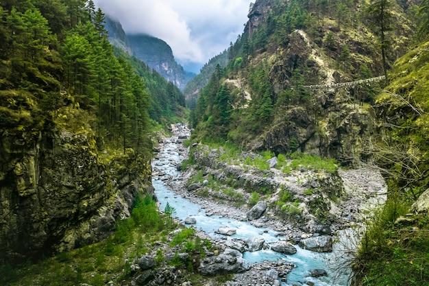 Mountain Canyon Valley. Piękny Krajobraz Rzeki Premium Zdjęcia