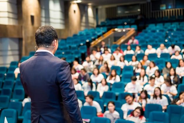 Mówca Rozmawia O Konferencji Biznesowej. Premium Zdjęcia