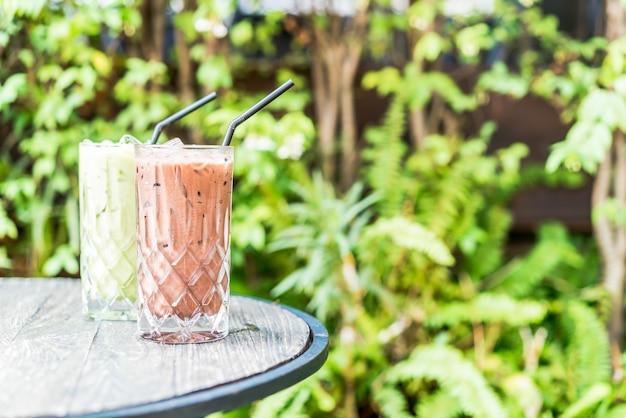 Mrożona Czekolada I Szklanka Zielonej Herbaty Matcha Na Stole Premium Zdjęcia