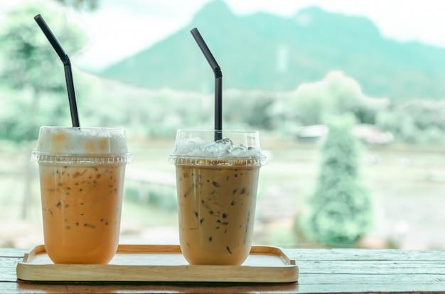 Mrożona Kawa I Mrożona Herbata W Kawiarni, Naturalny Widok Premium Zdjęcia