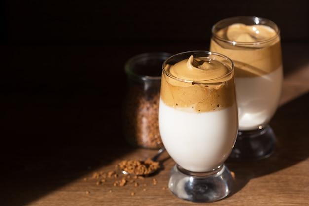 Mrożoną Kawę Dalgona W Szklance Na Ciemnym. Premium Zdjęcia