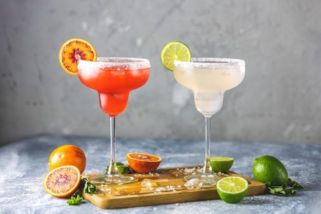 Mrożona Margarita Z Limonki I Krwistoczerwona Margarita Koktajlowa W Przyozdobionych Szklankach Z Solą Premium Zdjęcia