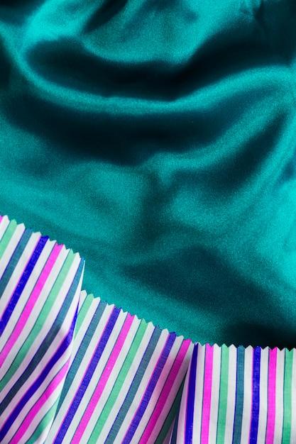 Multi kolorowy materiał tkaniny na jedwabistym tle zielonej tkaniny Darmowe Zdjęcia