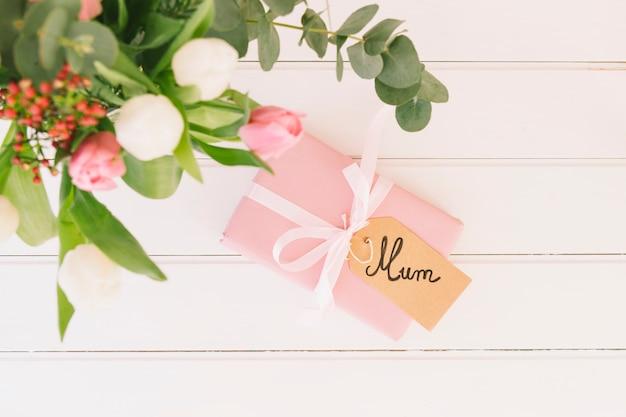 Mum napis z kwiatami i pudełko Darmowe Zdjęcia