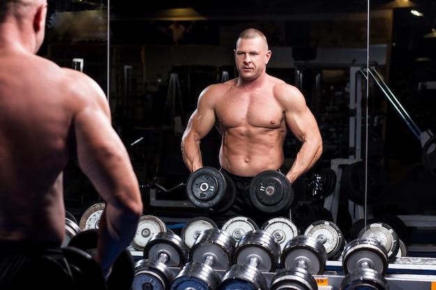 Muskularny mężczyzna na siłowni Darmowe Zdjęcia