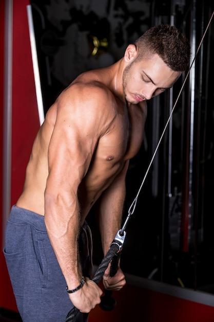Muskularny Mężczyzna Robi Triceps Darmowe Zdjęcia