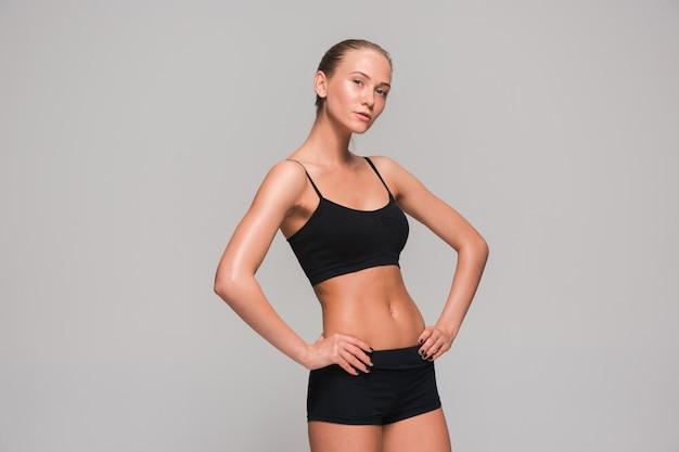 Muskularny Sportowiec Młoda Kobieta Na Szaro Darmowe Zdjęcia