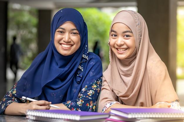 Muslim Student Czytanie Książki Premium Zdjęcia