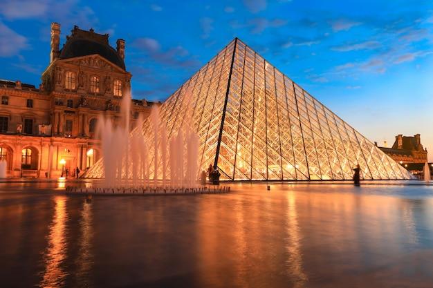 Muzeum w luwrze o zmierzchu w zimie, jest to jeden z najpopularniejszych zabytków w paryżu Premium Zdjęcia