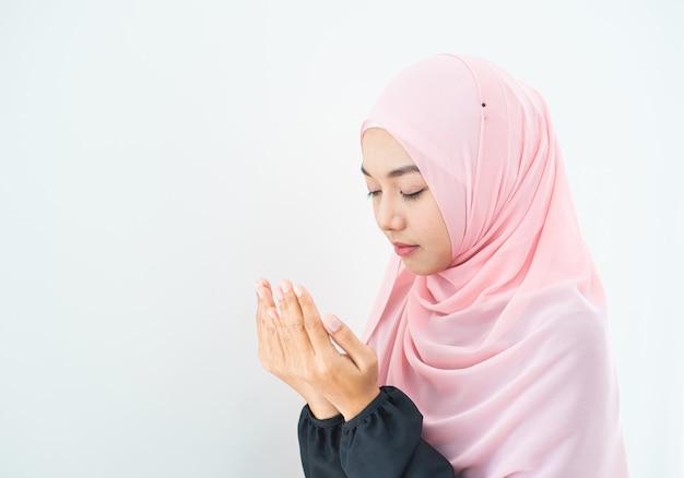 Muzułmanka Modli Się W Hidżabie Premium Zdjęcia