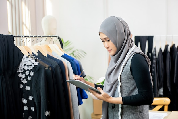 Muzułmanka Projektant Pracujący W Sklepie Krawieckim Premium Zdjęcia