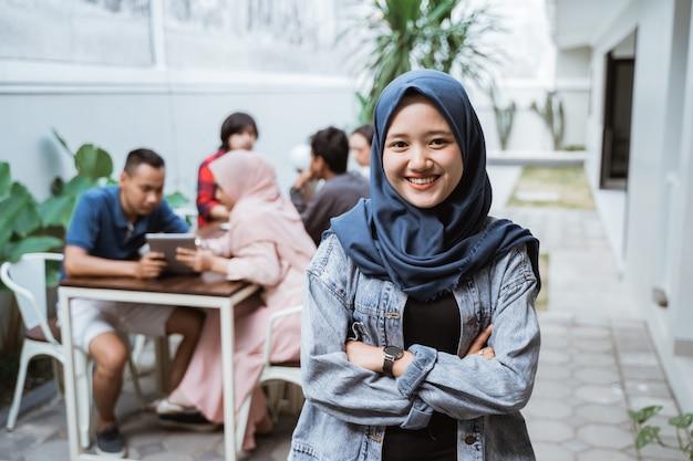 Muzułmanka Skrzyżowała Ramiona Z Uśmiechem Premium Zdjęcia
