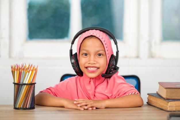 Muzułmanki Uczące Się Online W Domu Aby Zmniejszyć Dystans Społeczny I Zapobiec Chorobom Zakaźnym Premium Zdjęcia