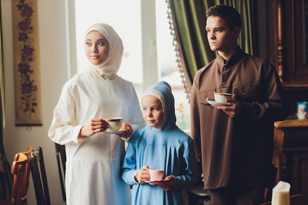 Muzułmańska Rodzina Kaukaska Pije Herbatę Premium Zdjęcia