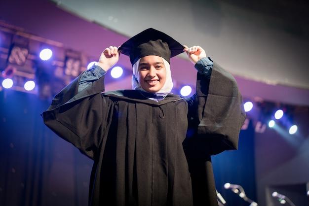 Muzułmańska studentka na ceremonii ukończenia szkoły Premium Zdjęcia