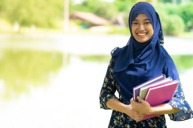 Muzułmański Dziewczyna Uczeń Z Książka Portretem Premium Zdjęcia