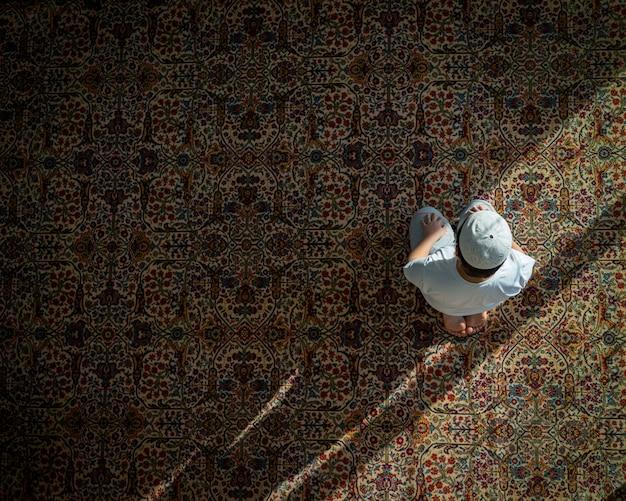 Muzułmański Modlenie W Meczecie Na Tradycyjnym Zmielonym Dywanie Premium Zdjęcia
