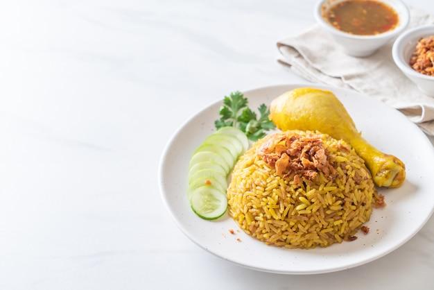 Muzułmański żółty Ryż Z Kurczakiem Premium Zdjęcia