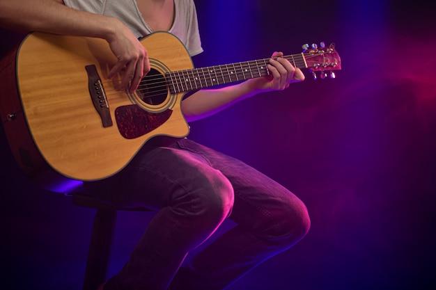 Muzyk Gra Na Gitarze Akustycznej. Darmowe Zdjęcia