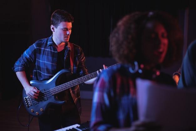Muzyk Grający Na Gitarze Elektronicznej W Studio Darmowe Zdjęcia