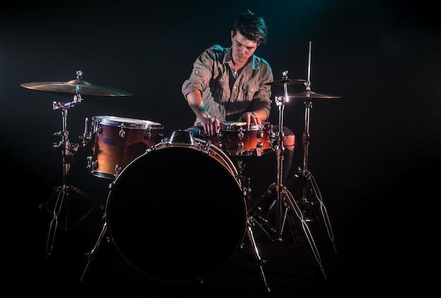 Muzyk Grający Na Perkusji, Czarne Tło I Piękne Miękkie światło, Emocjonalna Gra, Koncepcja Muzyki Darmowe Zdjęcia