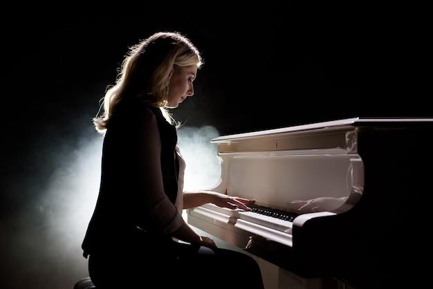Muzyk Pianista Gra Na Fortepianie. Fortepian Instrument Muzyczny Z Wykonawcą Premium Zdjęcia