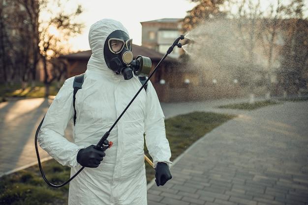 Mycie I Dezynfekcja Na Placu Zabaw W Kompleksie Sity Wśród Epidemii Koronawirusa. Premium Zdjęcia