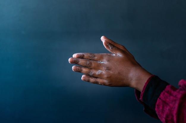 Mydlane Ręce Osoby - Znaczenie Mycia Rąk Podczas Pandemii Koronawirusa Darmowe Zdjęcia