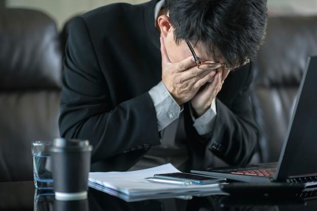 Mylić biznesmen z zestresowany i martwi się o błąd pracy i problemy. Premium Zdjęcia