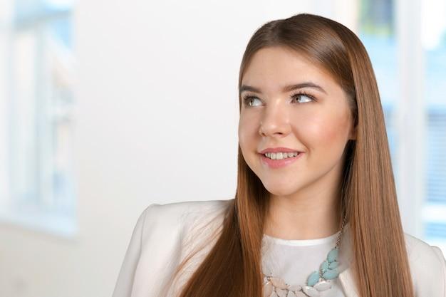 Myśląca kobieta stoi zadumany kontempluje patrzejący sceptycznego Premium Zdjęcia