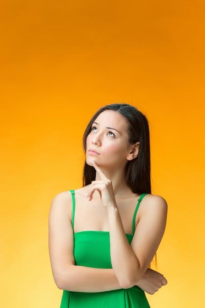 Myśląca Kobieta W Zielonej Sukni Darmowe Zdjęcia