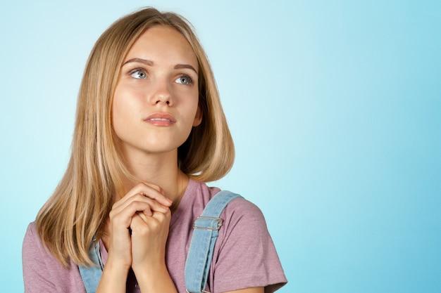 Myśląca kobieta Premium Zdjęcia