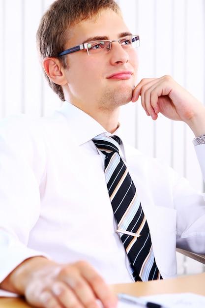 Myślący Biznesmen W Biurze Darmowe Zdjęcia
