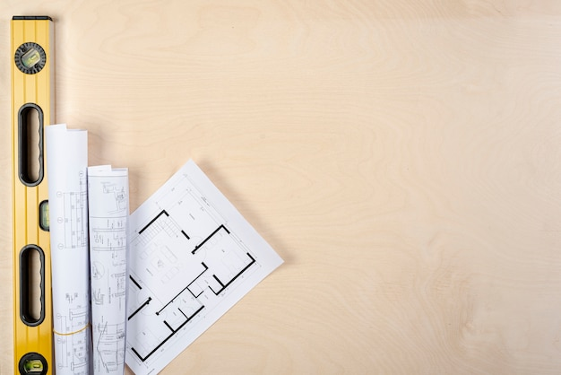Na biurku leżały płasko plany architektoniczne z przestrzenią Darmowe Zdjęcia