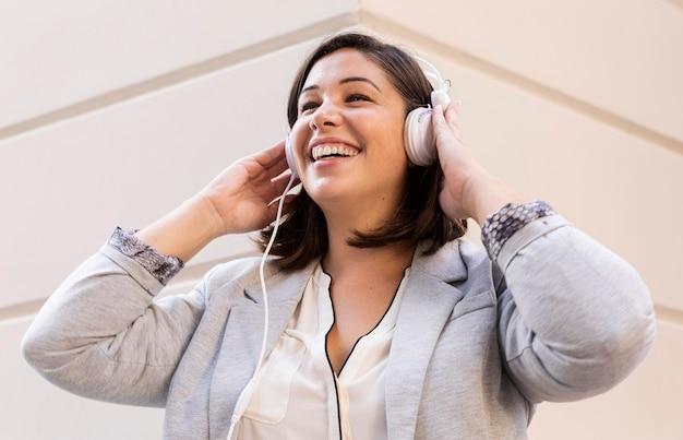 Na Co Dzień Nastolatek, Słuchanie Muzyki Na świeżym Powietrzu Darmowe Zdjęcia