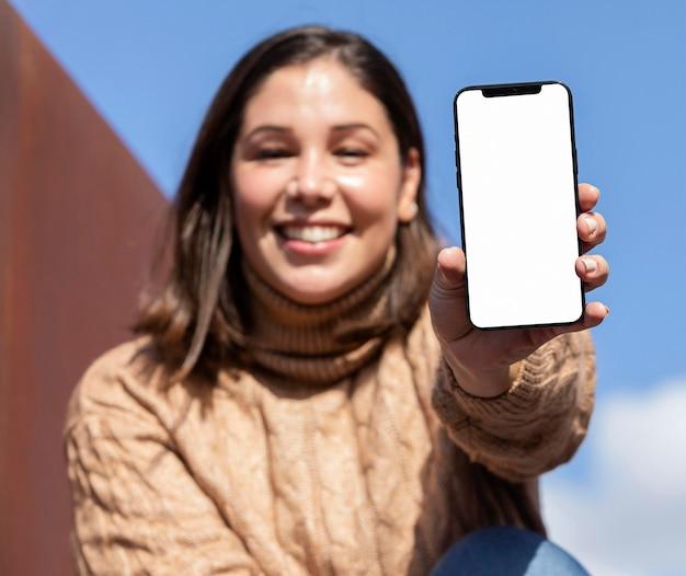 Na Co Dzień Nastolatek Trzymając Smartfon Darmowe Zdjęcia