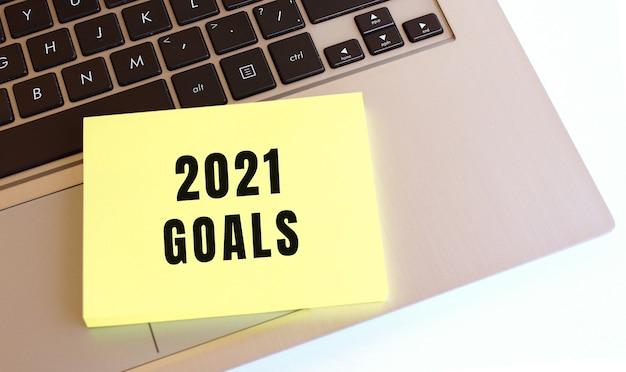 Na Klawiaturze Laptopa Znajduje Się Notatnik Z Napisem Goals 2021 Premium Zdjęcia