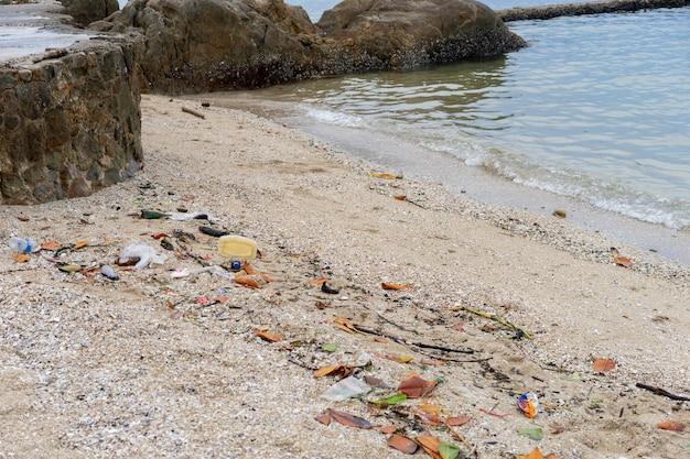 Na plaży jest więcej śmieci lub śmieci. może to zniszczyć środowisko i ekologię. Premium Zdjęcia