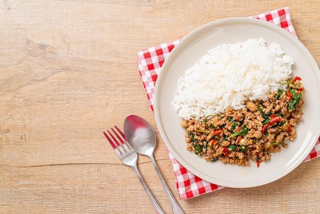 Na Smażonym Ryżu Wymieszaj Smażoną Tajską Bazylię Z Mieloną Wieprzowiną Premium Zdjęcia