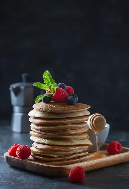 Na śniadanie Naleśniki Z Jagodami, Malinami, Miętą I Miodem Premium Zdjęcia