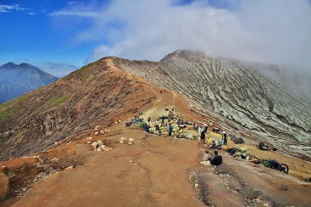 Na Szczycie Wulkanu Ijen W Indonezji Premium Zdjęcia