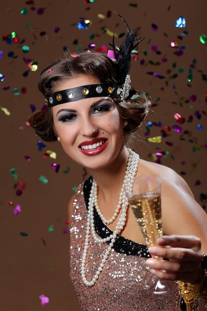 Na zdrowie, impreza kobieta z tłem konfetti Darmowe Zdjęcia