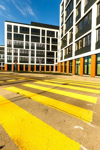 Na Zewnątrz Nowych Budynków W Nowoczesnym Sąsiedztwie Premium Zdjęcia